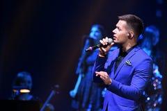 : O cantor Stas Piekha executa na fase durante concerto do aniversário do ano de Viktor Drobysh o 50th em Barclay Center Imagem de Stock