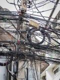 O caos dos cabos e dos fios na estrada do asoke fotos de stock royalty free