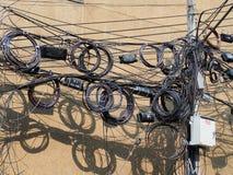 O caos dos cabos e dos fios em cada rua Fotos de Stock Royalty Free