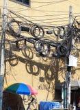 O caos dos cabos e dos fios em cada rua Imagens de Stock