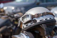 O capacete da motocicleta do Oldtimer encontra-se em uma motocicleta Fotografia de Stock