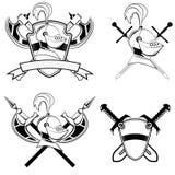 O capacete, o protetor e as espadas e o acha de armas do cavaleiro Fotografia de Stock