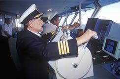 O capitão da balsa Bluenose que pilota o navio através das águas entre Maine e Nova Scotia imagens de stock