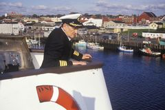 O capitão do Bluenose sobre a balsa para guiá-lo na doca, Yarmouth, Nova Scotia fotografia de stock