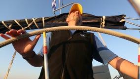 O capitão do marinheiro controla a embarcação de navigação durante a raça da regata no mar aberto esporte vídeos de arquivo