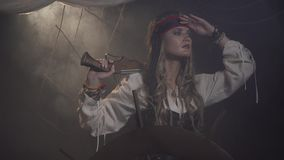 O capitão fêmea do navio de pirata está olhando ao redor, 4k filme