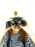 O capitão olha no campo-vidro Fotografia de Stock Royalty Free