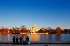 O Capitólio do Estados Unidos atrás da associação refletindo do Capitólio no Washington DC, EUA Fotografia de Stock