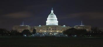 O Capitólio dos E.U. na noite Foto de Stock
