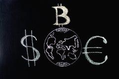 O caráter é o líder de Bitcoin sobre moedas tradicionais: um símbolo da E-moeda do crescimento e da liderança Símbolos de moeda Fotografia de Stock