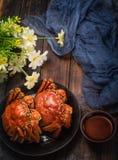 O caranguejo cozinhado dois está na tabela imagem de stock royalty free
