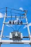 O cargo bonde pela estrada com linha elétrica cabografa foto de stock royalty free