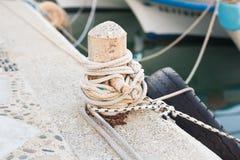 O cargo de madeira com amarração ropes amarrando barcos e navios Foto de Stock Royalty Free