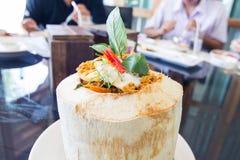 O caril fluiu o marisco no copo do coco Fotografia de Stock