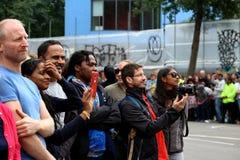 O carnaval de Notting Hill muitos espectadores, audiência e fotografias cumprimentou felizmente a parada fotografia de stock royalty free