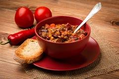 O carne do engodo do Chile serviu na bacia vermelha no fundo de madeira Fotografia de Stock Royalty Free