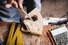 O carpinteiro amador usa um arquivo de madeira fotos de stock royalty free