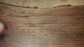 O carpinteiro cobre a chapa do mordente, madeira seca vídeos de arquivo