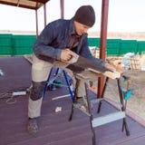 O carpinteiro com viu exterior fotos de stock royalty free