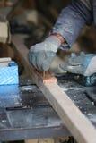 O carpinteiro compila de duas partes da madeira com os parafusos Fotografia de Stock Royalty Free