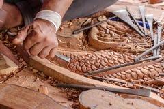 O carpinteiro e cinzela o trabalho fotografia de stock