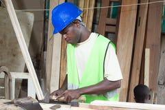 O carpinteiro em sua oficina Imagem de Stock Royalty Free