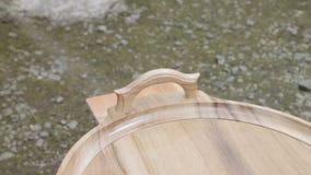 O carpinteiro está cobrindo a bandeja de madeira pela laca vídeos de arquivo