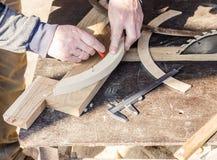 O carpinteiro está fazendo a mobília Imagem de Stock