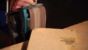 O carpinteiro está processando cantos de detalhes do cartão com máquina de moedura vídeos de arquivo