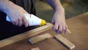 O carpinteiro irreconhecível aplica a colagem às peças de madeira Conceito do Handwork vídeos de arquivo