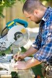 O carpinteiro Marking On Wood com o lápis na tabela viu fotografia de stock royalty free
