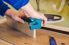 O carpinteiro processa as placas para a fabrica??o de mob?lia fotografia de stock