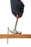 O carpinteiro puxa um prego. Imagens de Stock Royalty Free