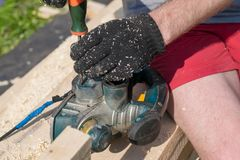 O carpinteiro repara ferramentas do woodworking na rua na madeira serrada Imagens de Stock Royalty Free
