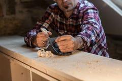 O carpinteiro trabalha com plano Foto de Stock Royalty Free