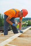 O carpinteiro trabalha no telhado Imagens de Stock