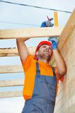 O carpinteiro trabalha no telhado Fotografia de Stock Royalty Free