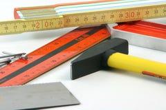 O carpinteiro utiliza ferramentas o close up imagens de stock
