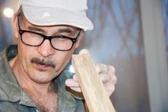 O carpinteiro verifica a placa imagens de stock royalty free