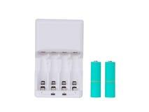 O carregador e os azul-céu brancos de bateria colorem as baterias do AA, isoladas no fundo branco Fotografia de Stock