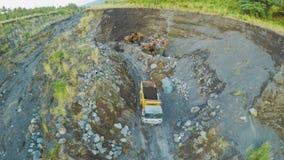 O carregador remove a cinza vulcânica em um rio vulcânico Legazpi filipinas Imagem de Stock