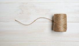 O carretel das lãs rosqueia em um fundo de madeira branco Desktop da vista superior Fotos de Stock Royalty Free