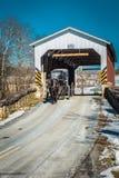 O carrinho de Amish retira a ponte coberta do moinho dos tecelões fotos de stock