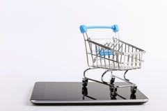 O carrinho de compras est? no smartphone Conceito em linha das vendas fotografia de stock royalty free