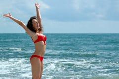 O carrinho feliz da mulher no mar Fotos de Stock Royalty Free