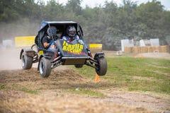 O carrinho salta sobre cauções do feno Foto de Stock