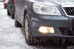 O carro é sincelos, neve e gelo cobertos fotografia de stock royalty free