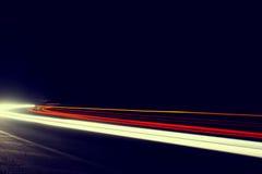 O carro abstrato ilumina-se em um túnel no branco. Retrato Imagem de Stock