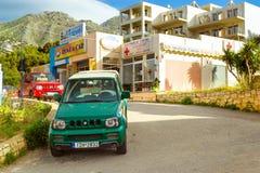 O carro alugado Suzuki é estacionado Bali, Creta, Grécia Imagens de Stock