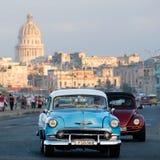 O carro americano clássico monta ao longo da avenida de Malecon do beira-mar em Havana Fotografia de Stock